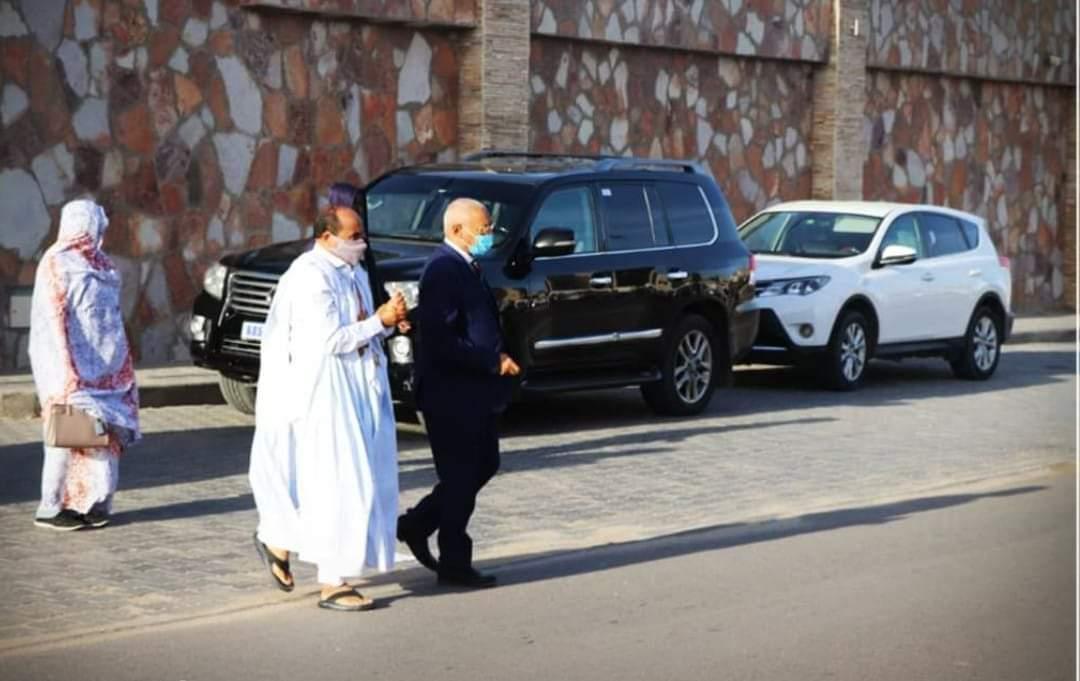 الرئيس السابق في طريقه إلى إدارة الأمن رفقة محاميه
