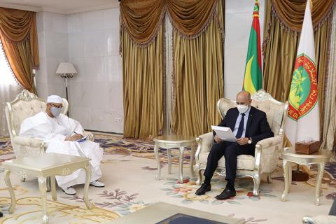 الرئيس محمد ولد الغزواني خلال استلام الرسالة الخطية من وزير الخارجية المالي زيني مولاي (وما)